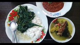 Nikmatnya sajian mangut ikan panggang dengan sayur bening dan sambal terasi. Lezat...   Foto: Wahyu Sapta.