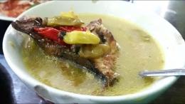 Satu porsi mangut ikan panggang berisi dua potong ikan. Mantap! Cabainya nih, bikin semangat makan.   Foto: Wahyu Sapta.