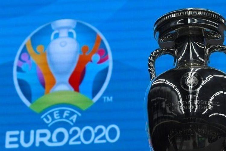 Trofi kejuaraan sepak bola Euro 2020 ditampilkan selama sesi Football in the city interiors sebagai bagian dari St. Petersburg. | Foto: EVGENY BIYATOV/SPUTNIK via AFP