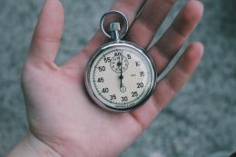 Orang yang terburu-buru biasanya punya ketakutan yang kuat akan penolakan. (sumber foto: Veri Ivanova on Unsplash)