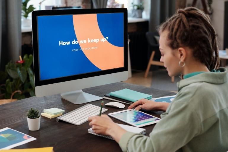 Ilustrasi perempuan sedang bekerja | Pexels/Mikael Blomkvist