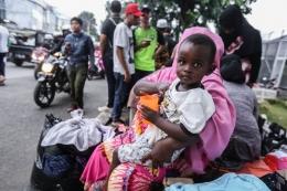 Para pencari suaka, dimana sepertiganya adalah anak-anak, yang hidup di trotoar depan Rumah Detensi Imigrasi | Foto diambil dari Kompas/Andreas Lukas