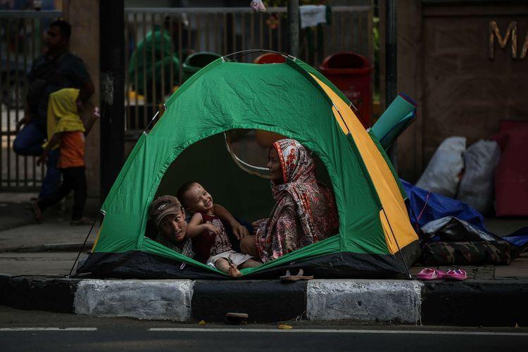 Potret para pencari suaka yang beraktivitas di trotor depan kantor UNHCR Jakarta | Foto diambil dari Kompas/Garry Lotulung