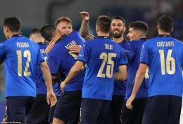 Pemain Italia merayakan gol ke gawang Swiss. (via Reuters)