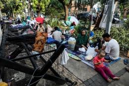 Para pencari suaka terpaksa harus tinggal di trotoar jalanan Menteng sambil menunggu keputusan statusnya | Foto diambil dari Kompas/Gary Lotulong