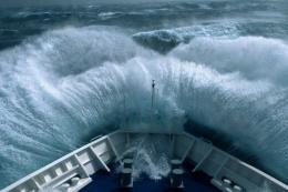 Gambar ilustrasi. Kapal membelah gelombang tinggi.Sumber : catnapsintransit.com