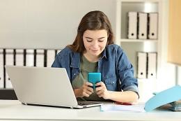 sindonews.com | ilustrasi mahasiswa sedang mengirim pesan