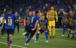 Manuel Locatelli berlari merayakan selebrasi gol untuk Italia . Sumber : UEFA Euro 2020 .