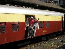 Ilustrasi kereta api penuh penumpang oleh Simon dari pixabay.com