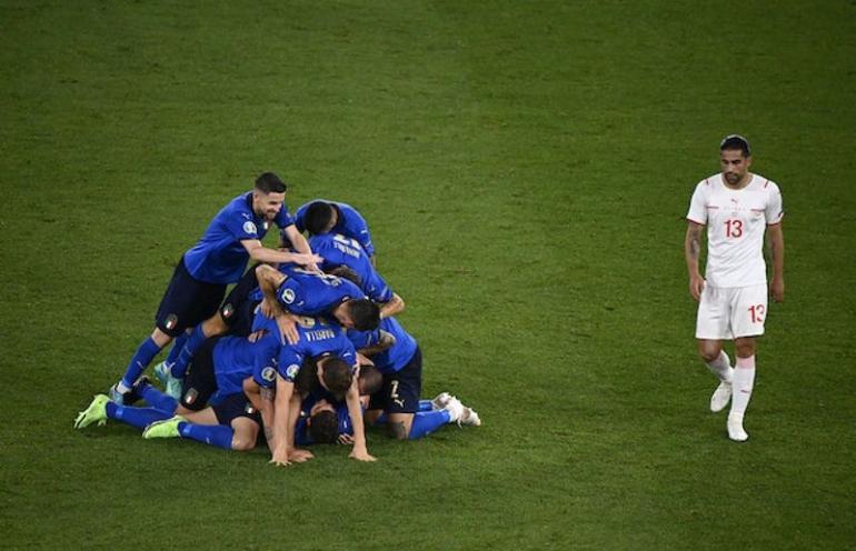 Pemain-pemain Italia merayakan gol Locatelli. Italia menang 3-0 atas Swiss di pertandingan kedua Grup A, Kamis (17/6) dini hari tadi | Foto: extratime.ie/Getty Images
