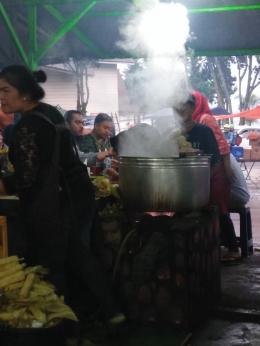 Menikmati jagung rebus di sekitar pasar buah kota Berastagi-Dokumentasi pribadi