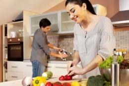 Ilustrasi suami-istri mengerjakan pekerjaan rumah bersama  (Sumber: intisari.grid.id)