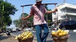 Ilustrasi pedagang buah. Sumber: tribunjakarta.com