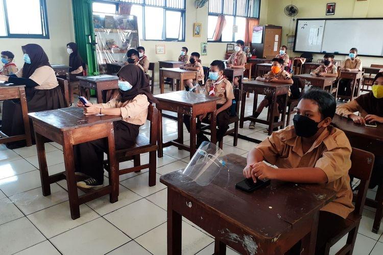 Siswa SDN Cawang 01 sedang mengikuti pembelajaran tatap muka, Selasa (9/6/2021).(DJATI WALUYO)