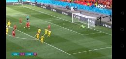 Penjaga gawang Ukraina berhasil menahan pinalti tapi bola pantul tak bisa ditahan. Screenshot MOLA tv