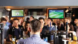 Menikmati bir sambil nonton bola di Pub. Sumber: www.skysports.com