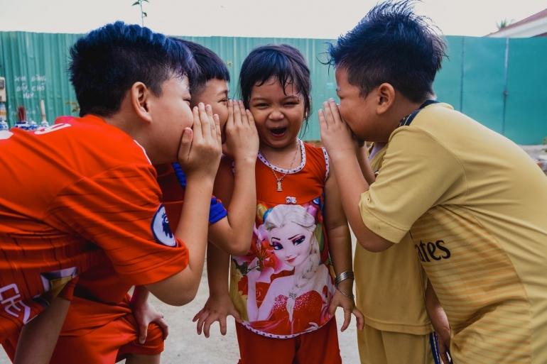 Sebelum membicarakan orang lain, luangkan waktu sejenak untuk melakukan triple filter test (unsplash.com/Nguyen Phuc)