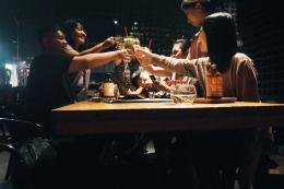 Ber-haha-hihi bersama teman banyak adalah salah satu alasan seseorang pergi ke kafe | Dokumen Pribadi