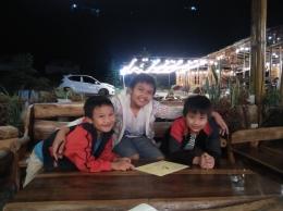 Menikmati suasana malam di sebuah cafe di Berastagi-Dokumentasi pribadi