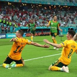 Conor Roberts (kiri) dan rekan setimnya melakukan selebrasi setelah berhasil mencetak gol ke gawang Turki | www.instagram.com/euro2020