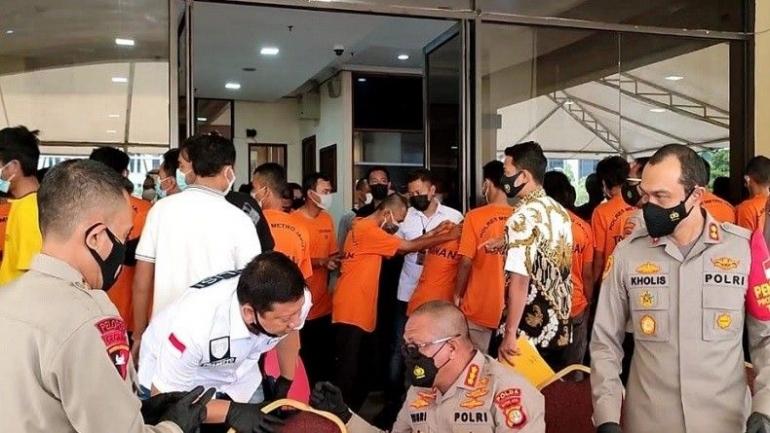 Puluhan preman yang ditangkap Polda Metro Jaya, 11/6/2021 (inews.com/ Yohannes Tobing).