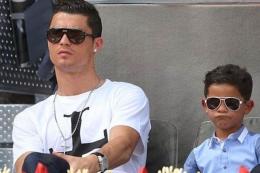 Cristiano Ronaldo dan anaknya Cristiano Jr. (Sumber : DAILYMAIL via Kompas.com)