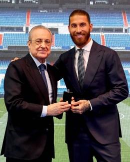 Bek tengah Real Madrid Sergio Ramos berpose dengan Presiden klub Florentino Perez.Foto akun IG @realmadrid