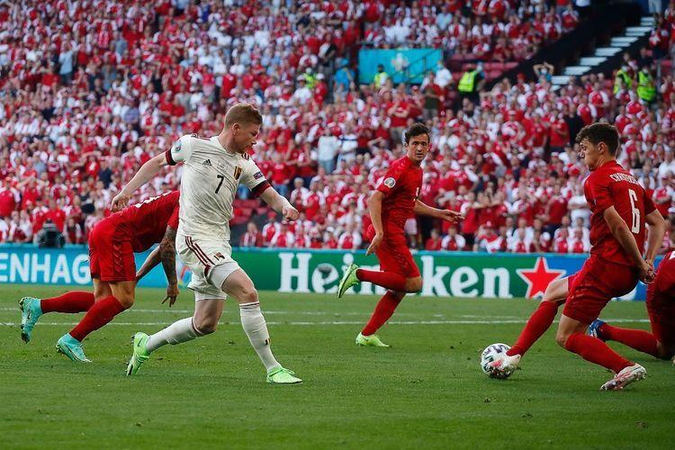 Kevin de Bruyne memberikan asis untuk gol pertama Belgia melawan Denmark (Foto AFP/Wolfgang Rattay via Kompas.com)