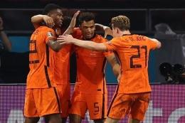 Para pemain Timnas Belanda merayakan gol Denzel Dumfries kontra Austria pada laga Grup C Euro 2020 di Johan Cruyff Arena, Jumat (17/6/2021) dini hari WIB.(AFP/DEAN MOUHTAROPOULOS dipublikasikan kompas.com)