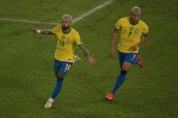 Neymar merayakan golnya ke gawang Peru. Brasil menang 4-0 atas Peru (17/6/21). Sumber foto: AFP/Carl De Souza via Kompas.com