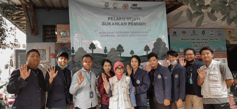 Foto bersama mahasiswa KKN dengan Koordinator Bank Sampah Budi Luhur-dokpri