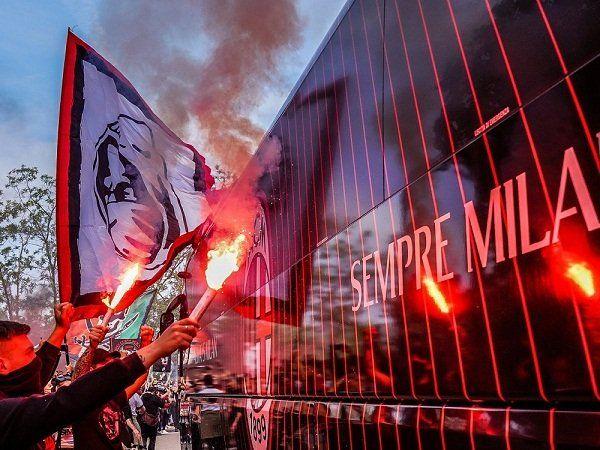 AC Milan & Suporternya. (via Getty Images)
