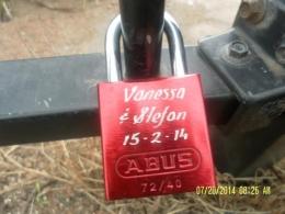 salah satu gembok cinta yang dipasang di pagar besi dilereng bukit(dok pribadi)