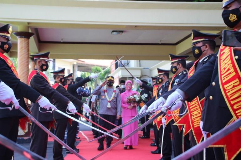 Prosesi pedang pora pelepasan Kapolresta Banyuwangi Dok.pribadi