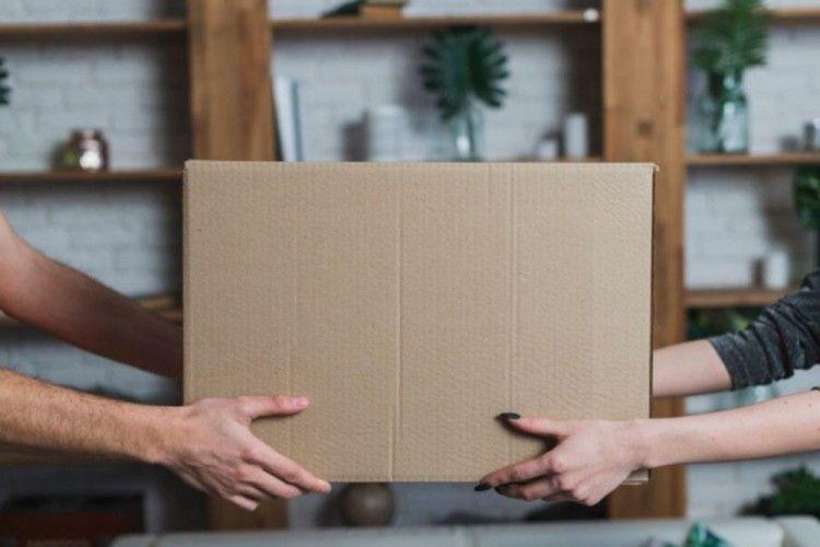 Menerima paket dari pembelian secara online (Sumber: popbela.com)