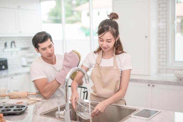 Ilustrasi membagi pekerjaan rumah tangga| Shutterstock via Kompas.com