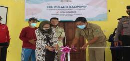 Pemotongan pita sebagai simbol pembukaan KKN Pulang Kampung UM Desa Gembleb / dokpri