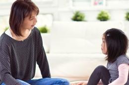 Berbincang dengan anak perempuan (foto: via kompas.com)