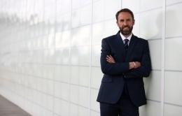 Pelatih Inggris, Gareth Southgate, tampak keren dengan setelan jasnya. (Sumber: The Sun Online)