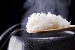 Ilustrasi menanak nasi dengan periuk. (Sumber: Shutterstock via Kompas.com)