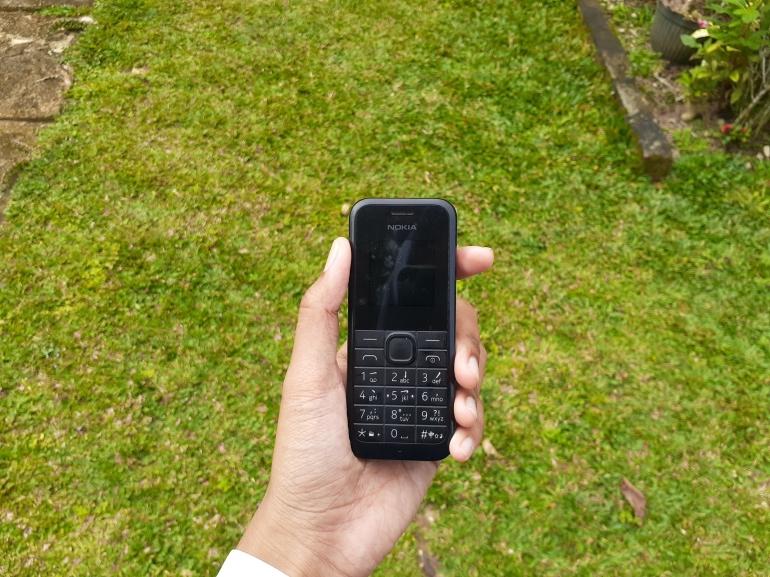Eden (22) dan Jade (23), pemuda asal Amerika Serikat yang beralih mengggunakan ponsel genggam untuk mengurangi dampak kecanduan bermain ponsel pintar. Ilustrasi Penggunaan Ponsel Genggam (Kompasiana/Nurul Izzah Aulia)