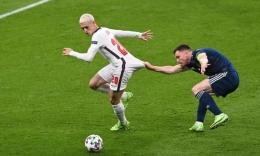 Phil Foden (kiri) yang diharapkan menjadi The New Paul Gascoigne, masih belum bisa tampil meledak bersama Timnas Inggris. Dini hari tadi, Inggris bermain 0-0 melawan Skotlandia/Foto: The Guardian/Getty Images