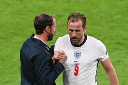 Penyerang timnas Inggris, Harry Kane, memberi salam kepada pelatih Gareth Southgate setelah ia diganti pada laga Grup D Euro 2020 kontra Skotlandia di Stadion Wembley pada Sabtu (19/6/2021) dini hari WIB.(AFP/FACUNDO ARRIZABALAGA)