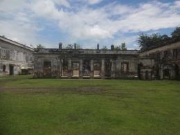 Keterangan: salah satu bangunan yang ada di tengah benteng. Hal ini menunjukkan adanya kemegahan dari sisi tata letak bangunan pada masing-masing bagian benteng/www.casmudiberbagi.com