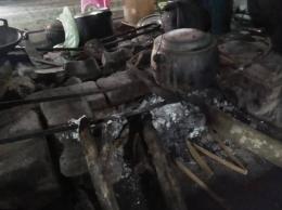 Menanak nasi dengan periuk dan kayu bakar. (Foto: Dokumentasi Pribadi)
