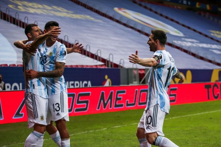 Lionel Messi merayakan gol bersama rekan-rekannya. Messi memimpin Argentina mengalahkan Uruguay 1-0 di laga kedua Grup A Copa America 2021, Sabtu (19/6)/Foto: twitter.com/brfootball