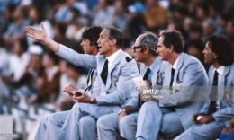 Enzo Bearzot (kedua dari kiri) beserta stafnya, dengan warna seragam yang menjadi inspirasi Armani. (Sumber: Getty Images)