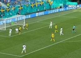 Terbang menepis bola. Screenshot MOLA tv