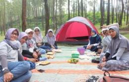 Bersama teman-teman sekomunitas di Hutan Pinus Loji | Foto: Siti Nazarotin