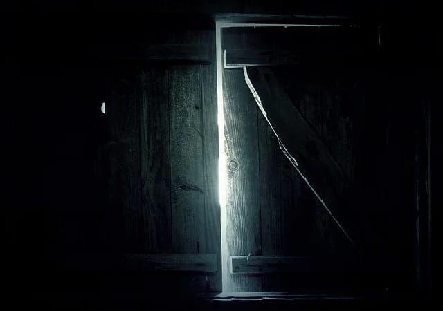 Ilustrasi berkas cahaya dari celah jendela kamar yang gelap (Sumber: pixabay.com)